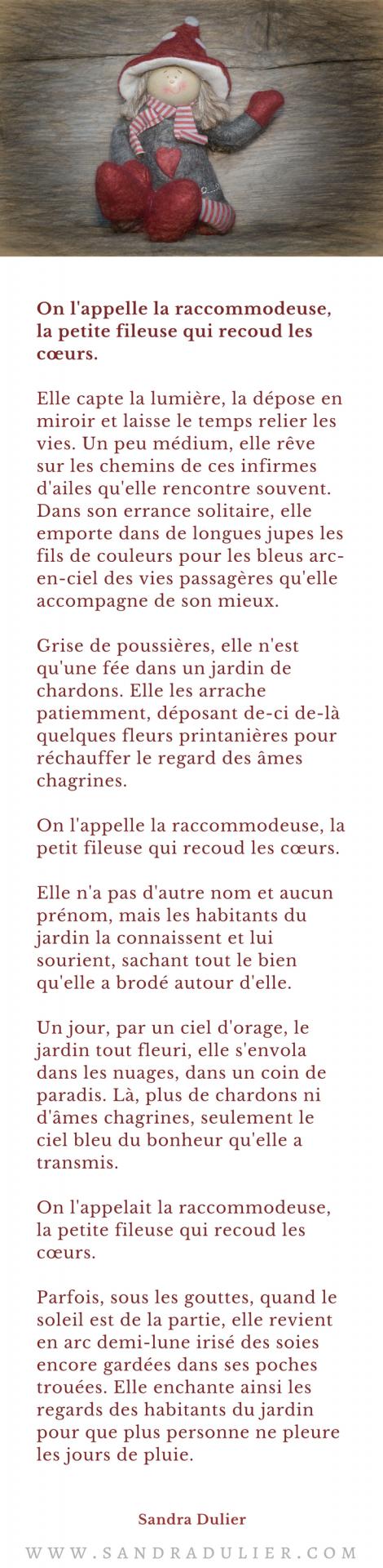 Conte - On l'appelle la raccommodeuse, la petite fileuse qui recoud les cœurs -  Sandra Dulier - poupée de Noël - lutin de Noël - rouge - gris.