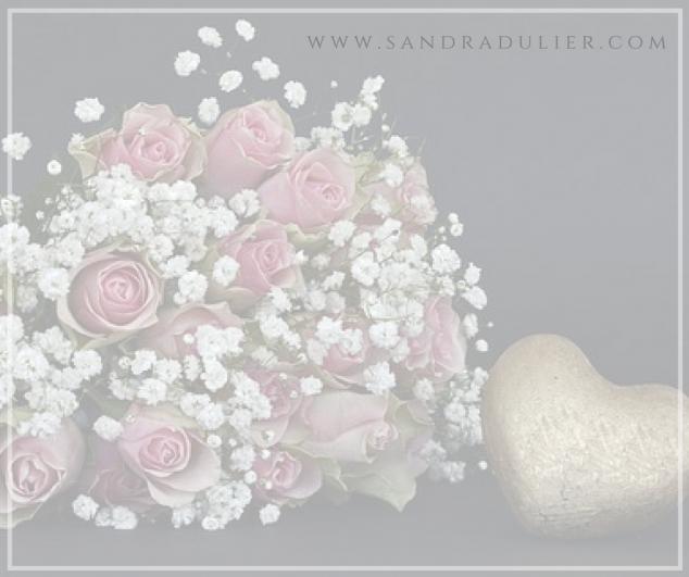 Au diadème de mon cœur, je sertirai tes rêves de mille bonheurs.  Sandra Dulier - Fleur de poésie, source de vie (2012) Lire la suite sur http://www.sandradulier.com/blog/les-parfums-de-saison/pourquoi-j-aime-fevrier.html  Roses, gypsophile et coeur.