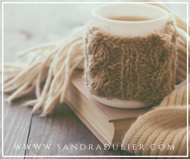 Se poser un peu  sur le bord d'un livre,  écouter la lenteur du soir. - Sandra Dulier.  Bonheur - hiver - tasse - lifestyle. Plus d'infos sur http://www.sandradulier.com/blog/les-parfums-de-saison/pourquoi-j-aime-janvier.html
