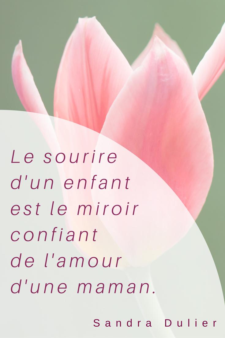 Le sourire d'un enfant est le miroir confiant de l'amour d'une maman. Citation de Sandra Dulier