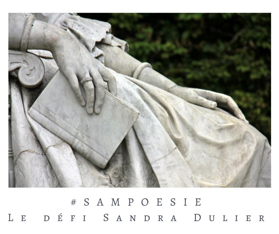 Que vous inspire cette photo ? A vos poèmes #Sampoésie. Statue, livre, pierre, jardin, château, main, sculpture, écrire, poésie.