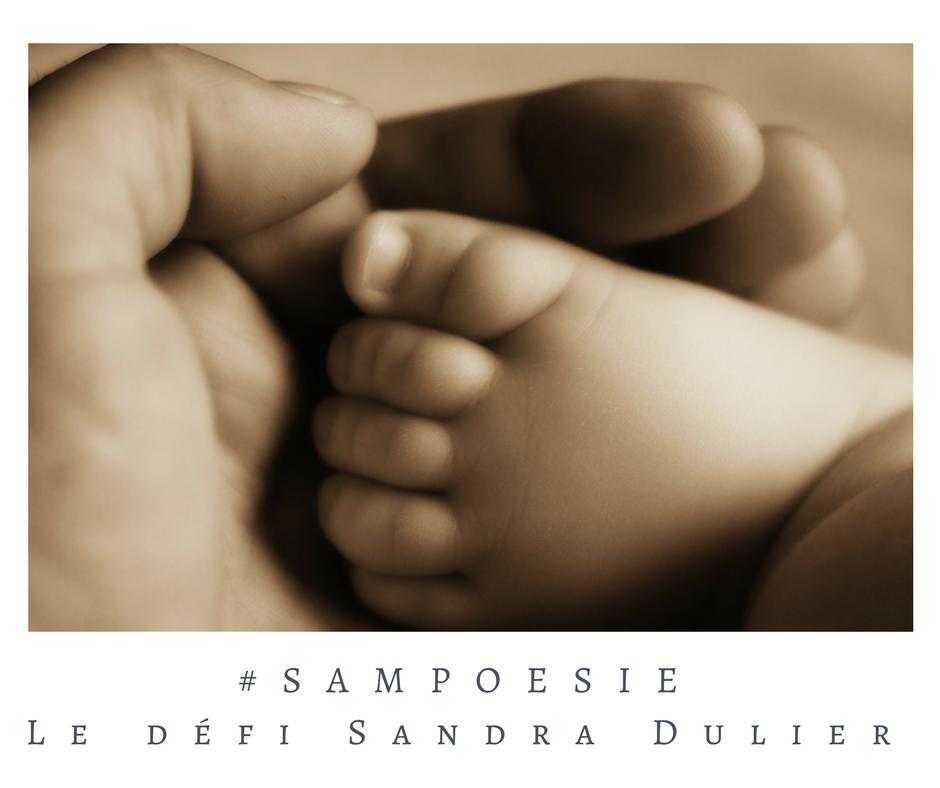 Que vous inspire cette photo ? A vos poèmes #Sampoésie. Enfant, pied, main, tendresse, écrire, poésie.