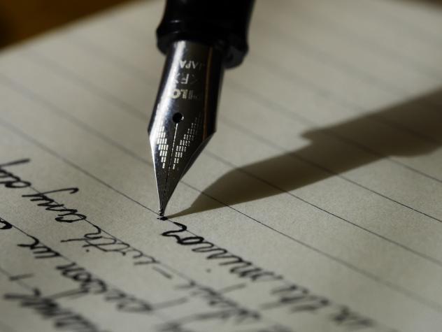 Mon stylo sur le papier pour répondre à toutes vos questions.